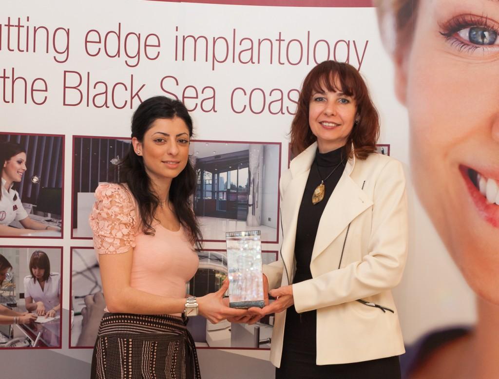 """Dr. Vasiliki Tsita (links) mit Dr. Regina Schindjalova bei der Preisverleihung des """"Dentaprime Forschungspreises Zahnmedizin 2014"""""""
