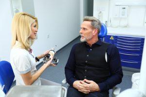 Besprechung für eine Behandlung mit Sofortimplantaten
