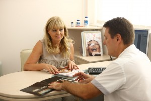 Zahntechnikermeister Peter Meier im Gespräch mit einer Patientin