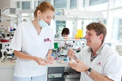 Im Dentallabor wird digitalisiert und manuell gearbeitet, um ein perfektes Ergebnis für den Patienten zu erzielen