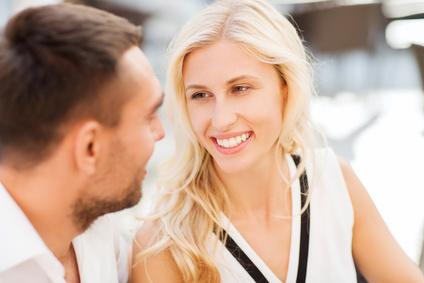 Manchmal sagt ein Lächeln mehr als Worte (Quelle: Datei: #90919827 | Urheber: Syda Productions)
