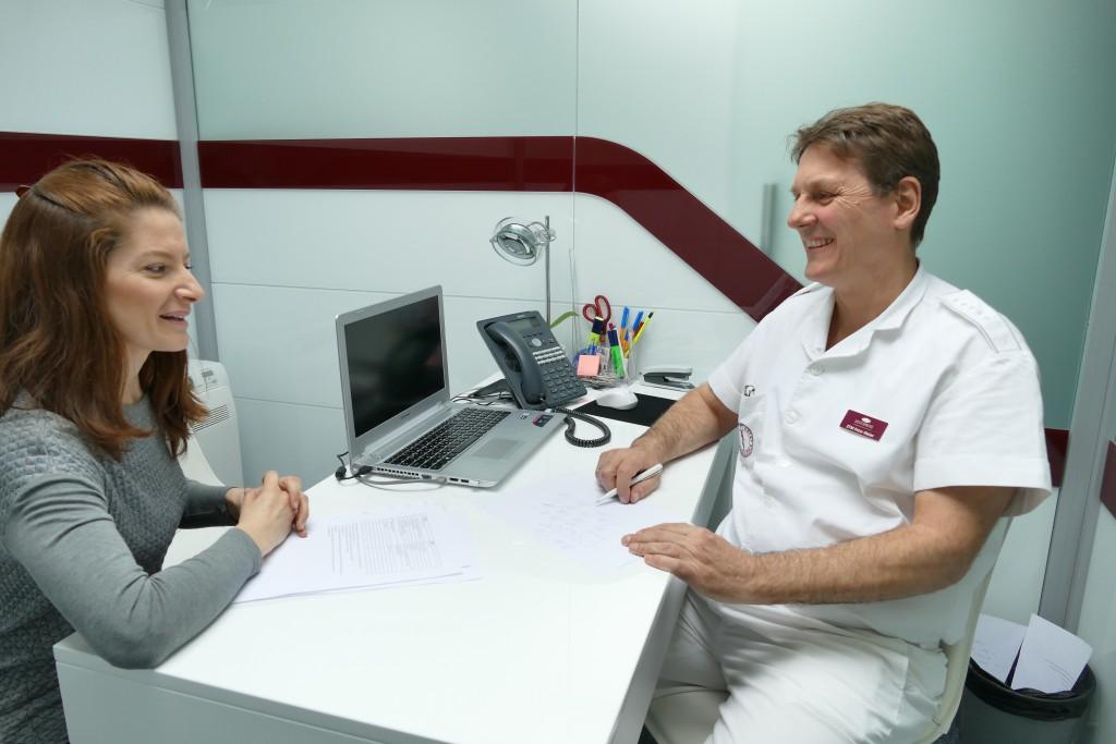 Zahntechnikermeister Peter Meier berät eine Patientin
