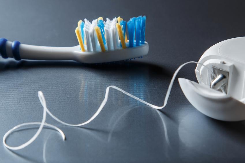 Neben dem Zähneputzen ist das Flossen sehr wichtig, um auch in den Zahnzwischenräumen für Sauberkeit zu sorgen. (Bildquelle: ©blackday, fotolia.com)
